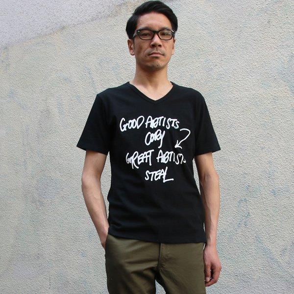 """画像2: 【RE PRICE / 価格改定】ラフィー天竺""""GOOD ARTISTS...""""プリントポケット付きVネックT【MADE IN JAPAN】『日本製』/ Upscape Audience"""