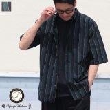 タイプライターレジメンタルストライプ ルーズフィット  裏前立て レギュラーカラー ハーフスリーブシャツ 【MADE IN JAPAN】『日本製』/ Upscape Audience